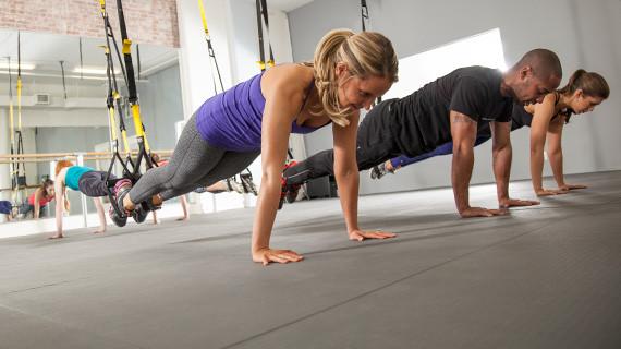Чем шире расположены руки – тем больше нагрузка на грудные и широчайшую мышцы.