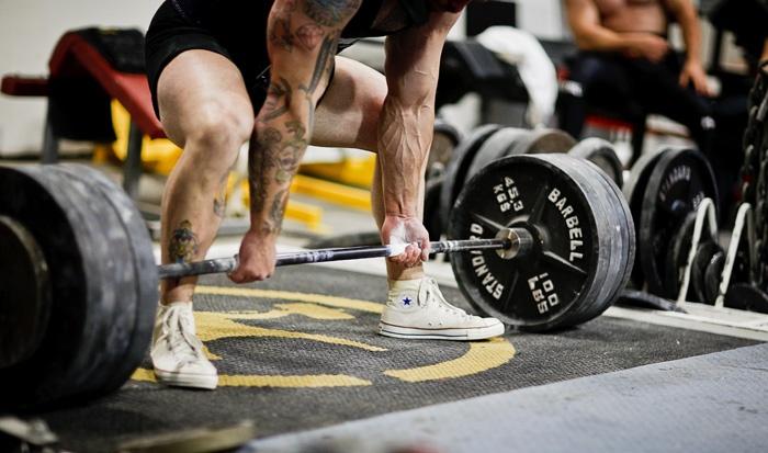 Разнохват позволяет взять наибольший вес по сравнению с прямым. Но чтобы нагрузка распределялась равномерно, лучше всего использовать прямой хват с лямками, при котором ладони располагаются по направлению к спортсмену.
